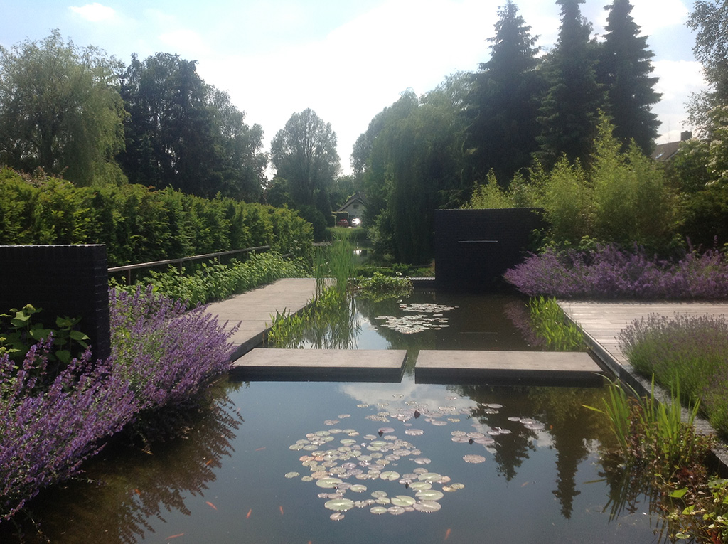 Keramische tegels moderne strakke tuin aanleggen tilburg for Vijver in tuin